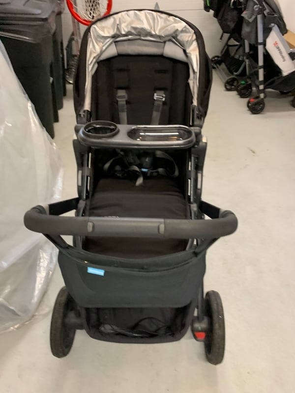 UPPAbaby Vista stroller. Base, toddler and rumble seats, all adapters 6bdb1184-280d-4fad-ad5b-56843bf2d38a