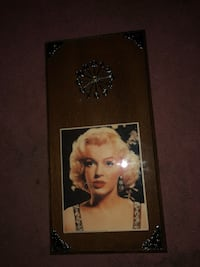 Vintage Marilyn Monroe wall clock/picture. This is a collectors item!! Excellent condition! The wood frame is real oak! Absolutely gorgeous! PRICE IS NON NEGOTIABLE Lexington, 40515