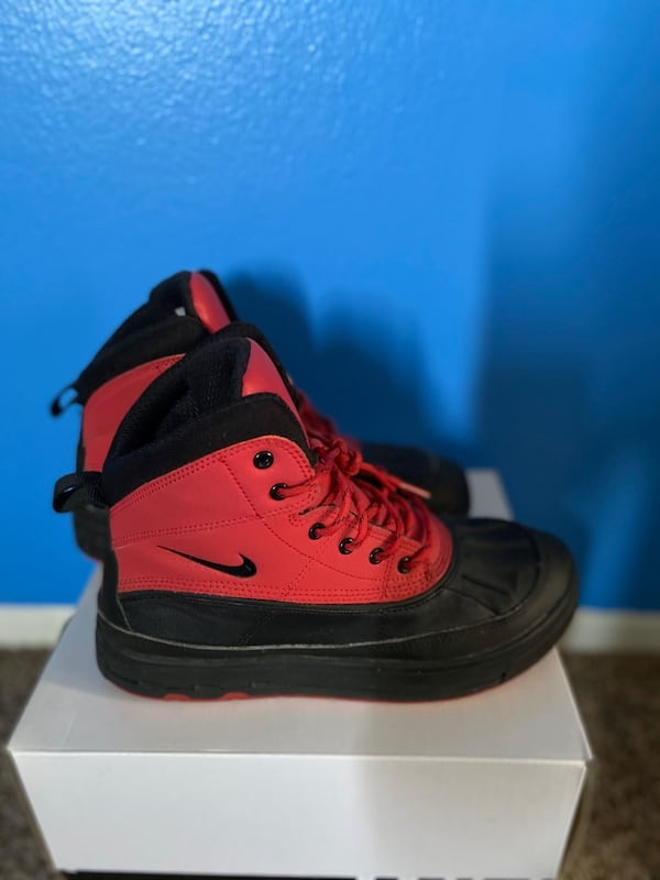 Nike Boots for a steal price!!!!! Size 8 82dfa9ae-bac0-4509-a362-695cbc45f7aa