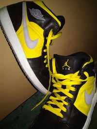 pair of black-and-green Nike sneakers Mobile, 36609