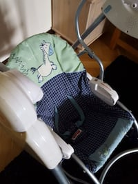 Babyens blå och vita Fisher-Price rocker bouncer