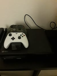 Xbox One console with two controllers Chino, 91710