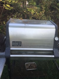 white and black Coleman gas grill 圣詹姆斯, 11780