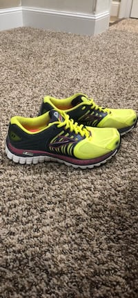 Pair of yellow and black brooks running shoes Gilmer, 75644