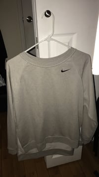 Nike women's crewneck brand new Burnaby, V3J