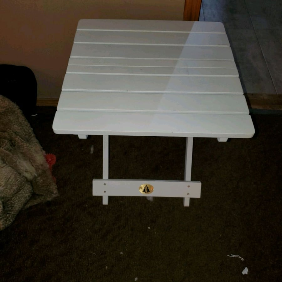2 folding wood tables