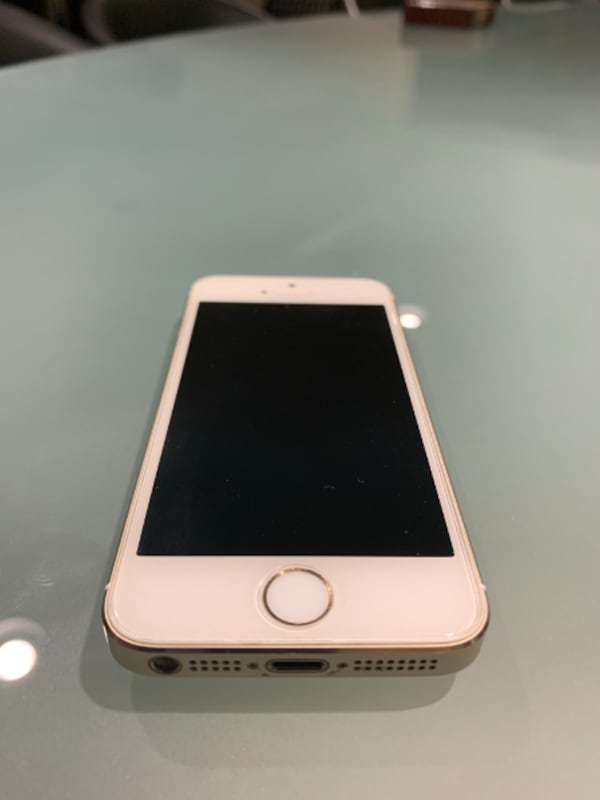 iPhone 5S Unlocked, 16 Gb with 7 Brand New Cases 1d12dfaf-15a7-4419-a9b9-7944a6c6d4ce