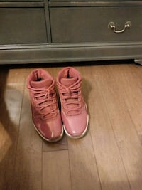 pair of pink low top sneakers Brampton, L6S 5V5