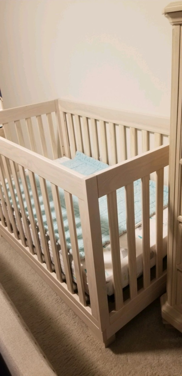 I'm selling a 3-in-1 convertible crib with mattress.   37d2be6f-52d7-4519-9af1-58d33f268ccb