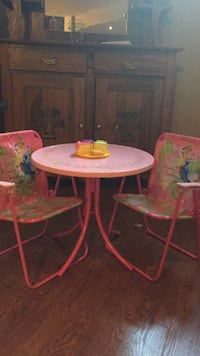 Round white and pink table with two chairs 525 km