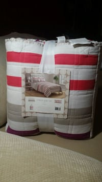 Quilt comforter twin set pack with tote. Bristow