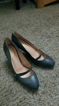 pair of grey patent leather heeled shoes Pewaukee, 53072