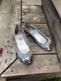 pair of gray leather flats Richmond Hill, L4C 6V3