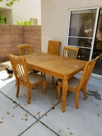 rectangular brown wooden table with four chairs di Las Vegas, 89183
