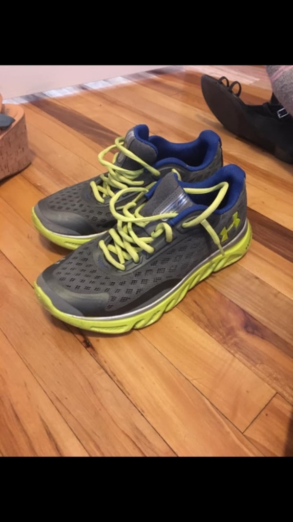 Youth size 6 under armour shoes! 702090f4-9ebd-4e31-8f25-f0ebfbed3a88
