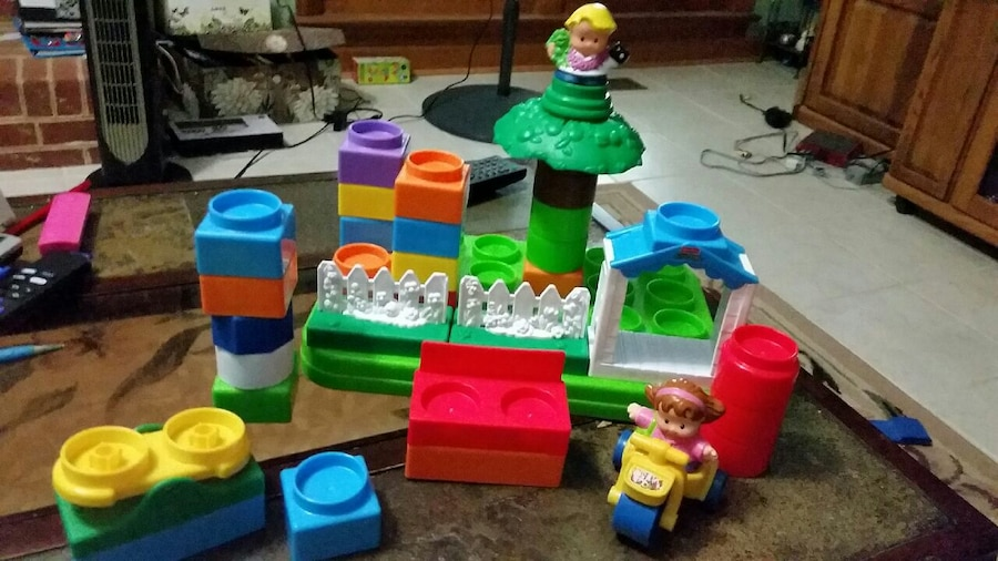 Photo Little people building set..playground