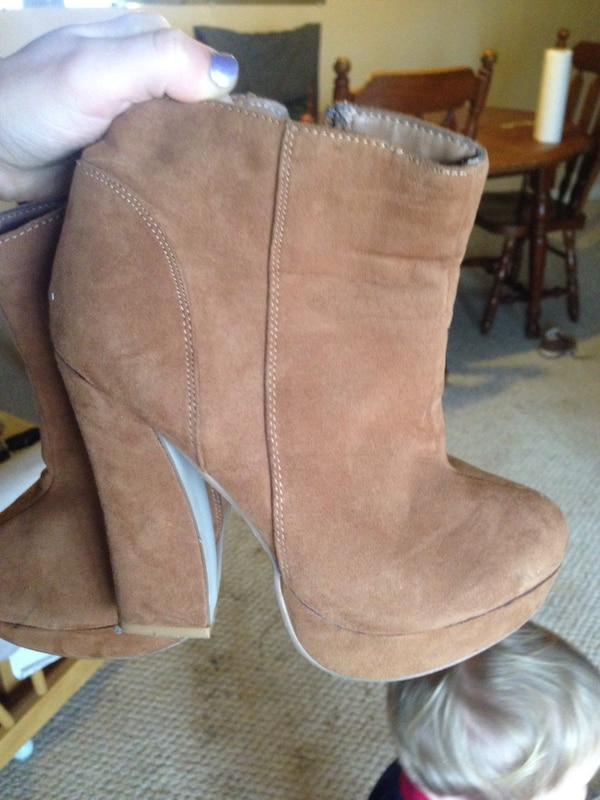 Brown suede chunky heeled booties c10a1228-782c-403f-b00a-cd3ff99f7d9e