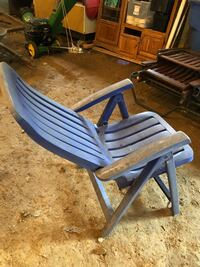 3 blue lawn chairs 40 mi