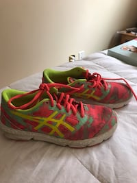 Girls ASICS runners, size 4 barely worn. Calgary, T2J 2N4
