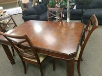 rectangular brown wooden table with four chairs di Liberty, 12754