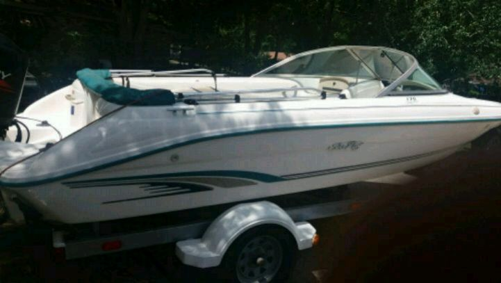 Photo Sea Ray fish and ski 17 ft boat with skis and inner tubes ready to go