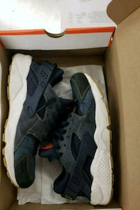 pair of gray Nike Huarache shoes with box 1187 mi