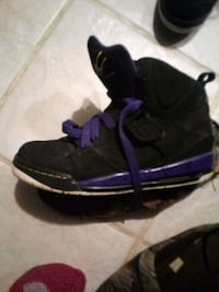 pair of black-and-purple sneakers Arnold, 63010