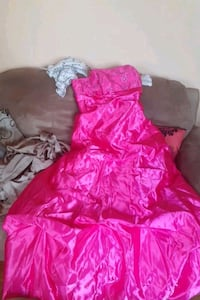 Melanie lyne gowns in fushia never worn price tags are still on them Mississauga, L4T 3M9