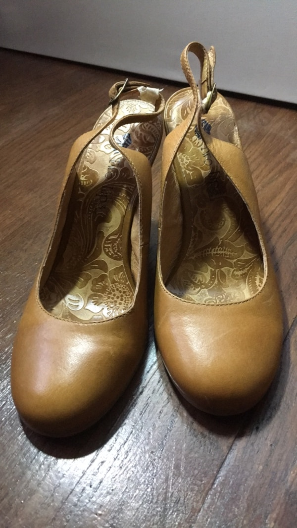 Pair of brown leather flats cbde5b86-aa0a-46c4-8d7d-7496be93e373