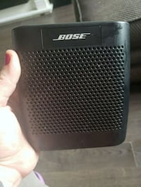 black and gray Bose portable speaker 550 km