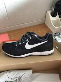 Unpaired black and white nike running shoe Bowling Green, 42101