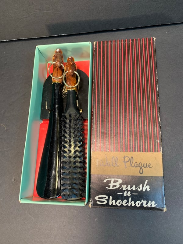 WALL PLAQUE Equestrian Vintage Wall-Hanging Shoe-Brush & Shoe-Horn Set 1d5244a8-d3e1-4a7f-a23a-9770f65e7027