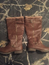 Pair of brown leather boots West Columbia, 29172