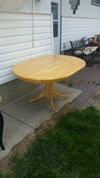 SOLID WOOD DINING TABLE Calgary, T2L 1N7