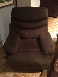 Brown liftable recliner chair Laval, H7X 3P4