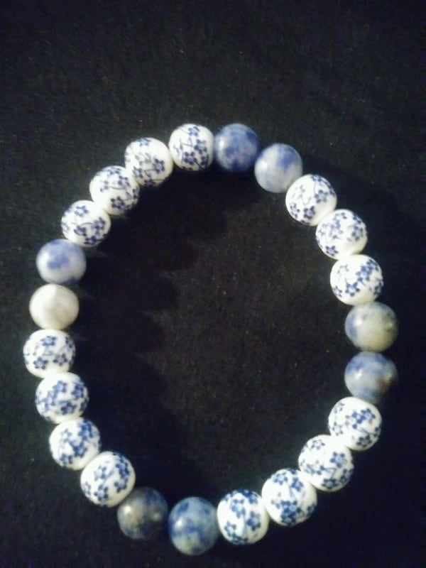 Blue and white flower beaded bracelet b8efd131-5d1c-40ed-814f-efb399f5bb05