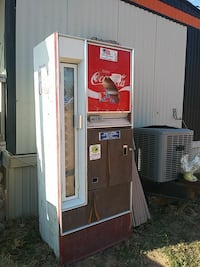 Coca cola machine. Works in good condition Pink