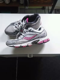 pair of gray-and-pink running shoes Gatineau, J8T