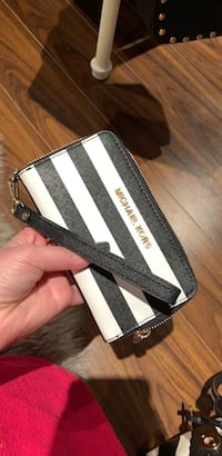 Michael kors Black and white leather wristlet Brampton, L7A 2W5