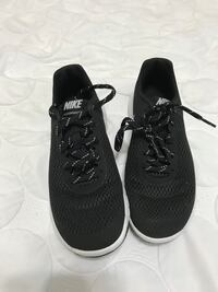 pair of blakc-and-white Nike running shoes 6.5