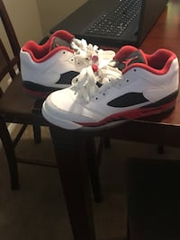 Red and white j's kids size 5 Oak Park, 48237