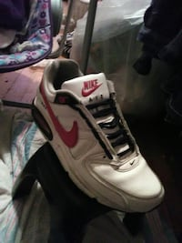 unpaired of white Nike low-top sneaker