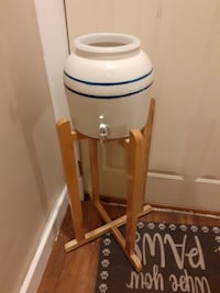 Ceramic water dispenser and stand