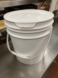 Empty bucket 200+ with lid Mississauga, L5C 1V8