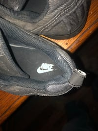 unpaired gray and white Nike low-top sneaker 440 mi