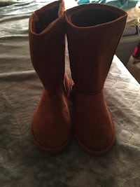 Pair of brown boots with fur inside sz 7  $5 Elkhart, 46517