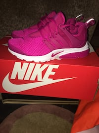 pair of red Nike running shoes with box Wapato, 98951