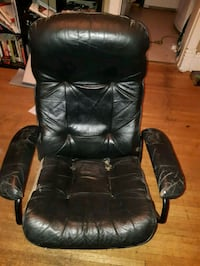 Well loved but very comfy black leather recliner  Winnipeg, R2C