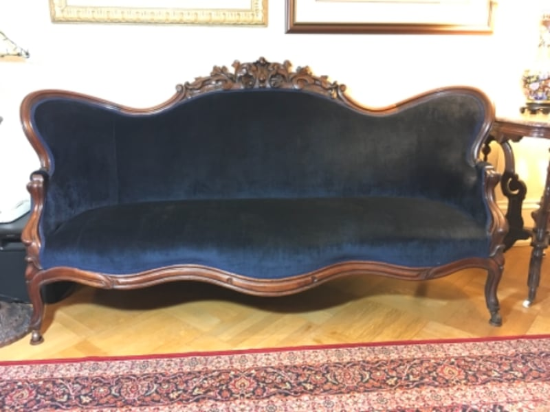 VIctorian Couch 0caa4273-76c7-4e93-915c-9b80226d3d70