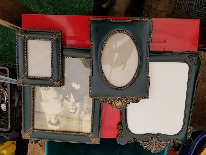 Lots of picture frames 0982b21f-090a-41ff-9e8c-3a400d98eaed